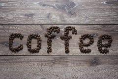 Granos de café en una tabla Imágenes de archivo libres de regalías
