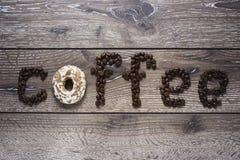 Granos de café en una tabla Imagenes de archivo