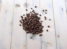 Granos de café en una tabla Fotos de archivo libres de regalías