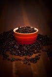 Granos de café en una tabla de madera Imágenes de archivo libres de regalías