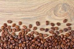 Granos de café en una tarjeta de madera Imagen de archivo libre de regalías