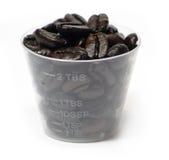 Granos de café en una taza Imagen de archivo