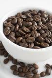 Granos de café en una taza Imagen de archivo libre de regalías