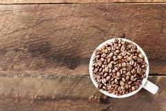 Granos de café en una taza Fotografía de archivo