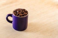 Granos de café en una taza Fotos de archivo