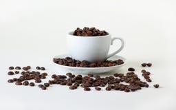 Granos de café en una taza Imágenes de archivo libres de regalías