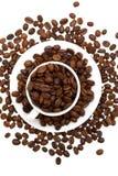 Granos de café en una taza aislada foto de archivo libre de regalías