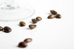 Granos de café en vidrio de vino Imagenes de archivo