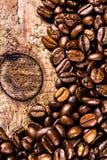 Granos de café en viejo fondo de madera del grunge. Concepto del café. A Fotografía de archivo