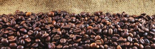 Granos de café fritos en yute Fotografía de archivo libre de regalías