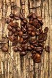 Granos de café - habas que vuelan del fondo del detalle de la pila de los granos fotos de archivo