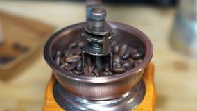 Granos de café de la amoladora de café que muelen el proceso, macro almacen de metraje de vídeo