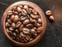 Granos de café de la carne asada en un cuenco de madera Foto de archivo libre de regalías