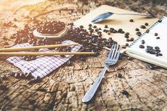 Granos de café de la historia de amor por la mañana en el fondo de madera Foto de archivo