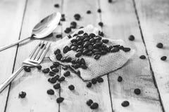 Granos de café de la historia por la mañana en el fondo de madera Fotos de archivo