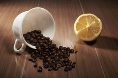 granos de café a la taza, limón Fotos de archivo libres de regalías