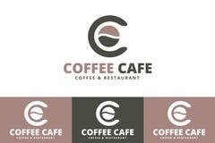 Granos de café Logo With Letter C aislado en el fondo blanco stock de ilustración