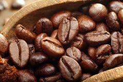 Granos de café macros del estudio en cuchara de madera Fotografía de archivo