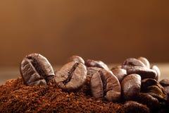 Granos de café macros del estudio en el fondo marrón Fotografía de archivo libre de regalías