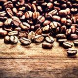 Granos de café macros en fondo de madera del grunge. Co asado fresco Foto de archivo libre de regalías