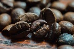 Granos de café macros en la pared de madera Foto de archivo libre de regalías