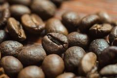 Granos de café macros en la pared de madera Imagen de archivo