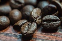 Granos de café macros en la pared de madera Foto de archivo