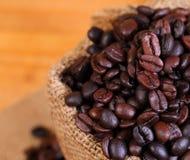 Granos de café macros en un bolso Imagen de archivo