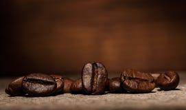 Granos de café macros y pared sucia marrón Foto de archivo