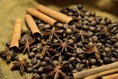 Granos de café, palillos de canela y anís de estrella Imagen de archivo libre de regalías