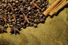 Granos de café, palillos de canela y anís de estrella Foto de archivo