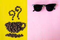 Granos de café planos de la capa de la visión superior en forma del icono de la taza y del olor y imagen de archivo