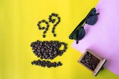 granos de café planos de la capa de la visión superior en forma del icono de la taza y del olor y vidrios de sol imágenes de archivo libres de regalías