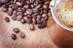 Granos de café, primer, cezve o ibrik de cobre del pote del café del vintage Foto de archivo libre de regalías