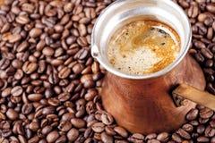 Granos de café, primer, cezve o ibrik de cobre del pote del café del vintage Fotografía de archivo