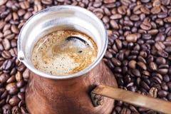 Granos de café, primer, cezve o ibrik de cobre del pote del café del vintage Fotografía de archivo libre de regalías