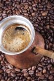 Granos de café, primer, cezve o ibrik de cobre del pote del café del vintage Foto de archivo