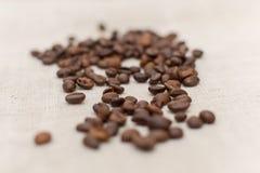Granos de café que mienten en bolso de café fotos de archivo libres de regalías