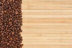 Granos de café que mienten en una estera de bambú Imagen de archivo