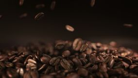 Granos de café que saltan en la cámara lenta estupenda 4K almacen de video