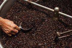 Granos de café recientemente asados en un tostador de café Imagen de archivo libre de regalías