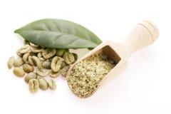 Granos de café verdes con la hoja fotos de archivo