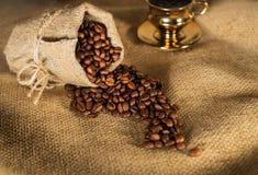 Granos de café vertidos fuera del bolso Fotografía de archivo