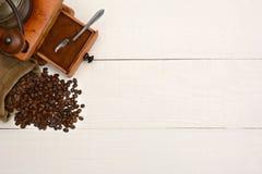 Granos de café y amoladora Copy Space Imagenes de archivo