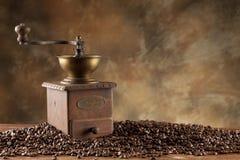 Granos de café y amoladora de café Foto de archivo libre de regalías