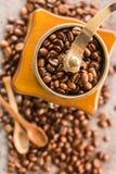 Granos de café y amoladora de café antigua Imagen de archivo libre de regalías