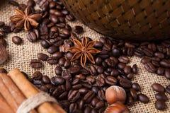 Granos de café y anís de estrella asados Fotografía de archivo