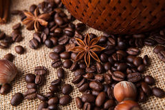 Granos de café y anís de estrella asados Foto de archivo