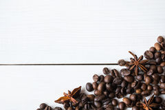 Granos de café y anies en la tabla fotos de archivo