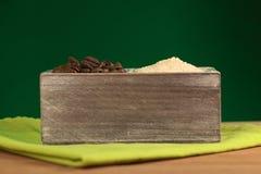 Granos de café y azúcar de Brown asados Imágenes de archivo libres de regalías